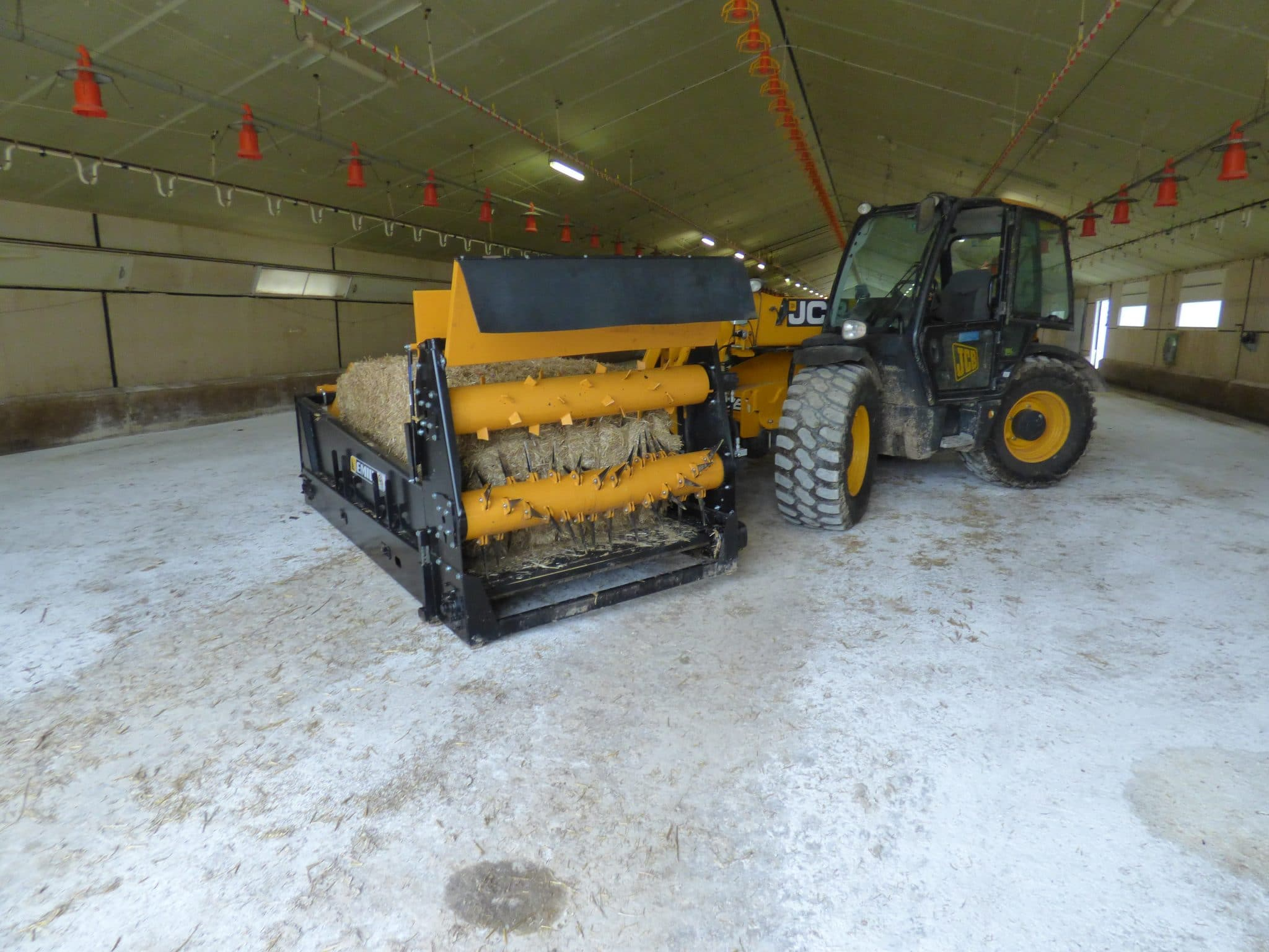 Square and round bale spreader